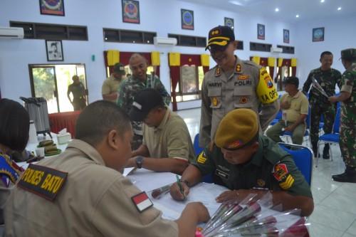 Kapolres Batu: AKBP Harviadhi Agung Pratama SIK, MIK sedang memantau para anggota TNI yang sedang mendaftarkan diri buat SIM