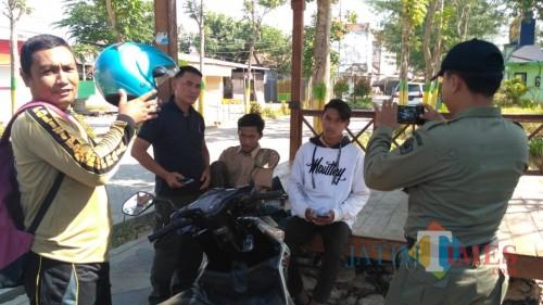 SR dan IW, dua pelajar kedapatan bolos sekolah  dan bersantai di Taman Gledak Anyar Pamekasan