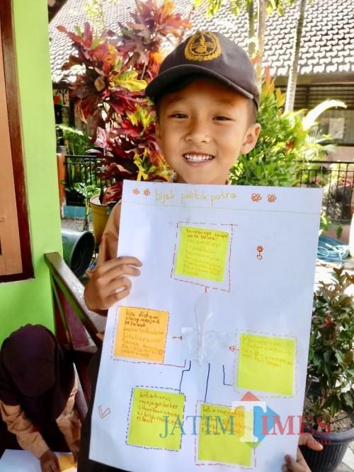 Salah satu siswa saat menunjukkan hasil Infografis Sederhana di SDN Sisir 3 Kota Batu, Jumat (4/10/2019).