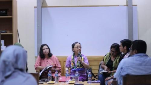 Diskusi bertajuk Perempuan-Perempuan Menggugat yang diisi langsung oleh penulis buku Perempuan-Perempuan Menggugat, Esthi Susanti Hudiono (tengah) yang diselenggarakan di Cafe Pustaka (Istimewa)