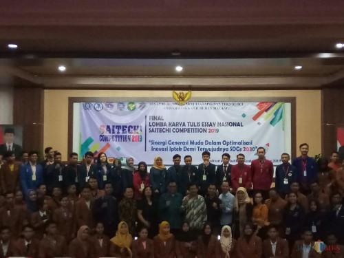 Para peserta yang berfoto bersama dengan jajaran civitas akademik FST bersama Wakil Wali Kota Malang, Sofyan Edy Jarwoko (Anggara Sudiongko/MalangTIMES)
