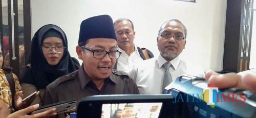 Wali Kota Malang Sutiaji saat diwawancara wartawan. (Foto: Imarotul Izzah/MalangTIMES)