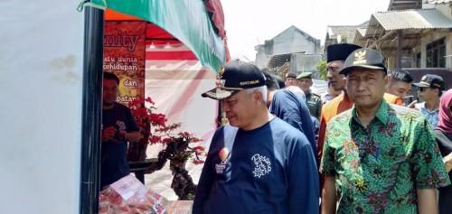 Bupati Malang Muhammad Sanusi saat membuka agenda dan menggunjungi stand Pesona Desa Wisata (Foto : Ashaq Lupito / MalangTIMES)