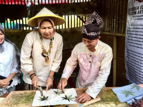 Wali Kota Batu Dewanti Rumpoko saat membuat eco print di Festival Kampung Tani Kelurahan Temas, Kecamatan Batu, Minggu (6/10/2019). (Foto: Irsya Richa/MalangTIMES)