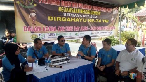 Wakil Pimpinan KPK Nutul Gufron (dua dari Kiri), Kajari Jember Prima Idwan Mariza (tiga dari kiri), serta beberapa pejabat kejari Jember saat di acara Tilang On The Spot. (foto : Moh. Ali Makrus / Jatim TIMES)