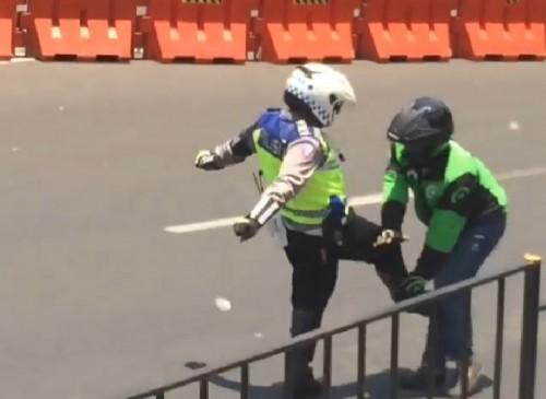 Oknum polisi yang menendang dan memukul helm ojol di Bogor (ist)