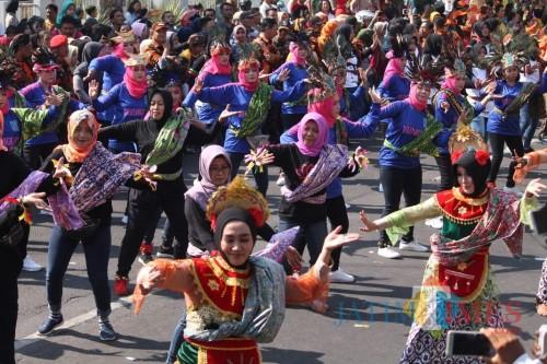 Tampak para penari menampilkan tari kolosal batik Jombangan di peringatan Hari Kesaktian Pancasila di Jombang. (Foto : Adi Rosul / JombangTIMES)