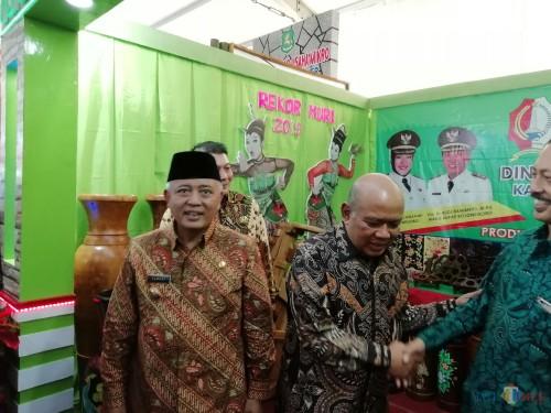 Bupati Malang Sanusi (kiri) saat berada dalam sebuah acara (Nana)