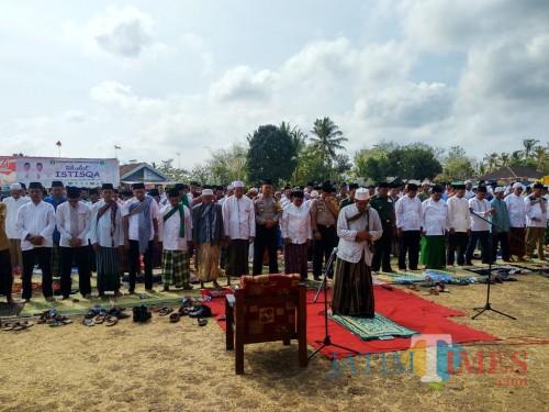 Bupati Blitar Rijanto hadir dan mengikuti Sholat Istiqo' di Desa Panggungrejo.(Foto : Malik Naharul/BlitarTIMES)