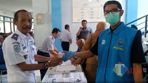 Kepala Dishub Kabupaten Malang Hafi Lutfi (kiri) dalam pemeriksaan tes urine oleh BNN di kantor Dishub (Nana)
