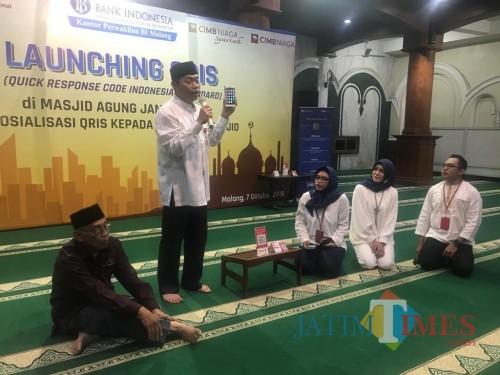 Kepala KPw BI Malang Azka Subhan (depan) saat melakukan sosialisasi QRIS di Masjid Agung Jami Kota Malang. (Foto: Nurlayla Ratri/MalangTIMES)
