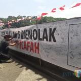 Koordinator Aksi Bantah Tanda Tangan Petisi dengan Spanduk Melingkari Bundaran Tugu Belum Berizin