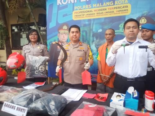 Polisi saat menunjukan sajam yang digunakan untuk melawan petugas saat akan ditangkap (Anggara Sudiongko/MalangTIMES)