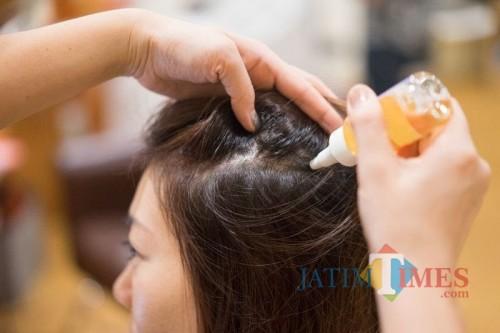 Pemberian perawatan minyak pada rambut. (Foto: istimewa)