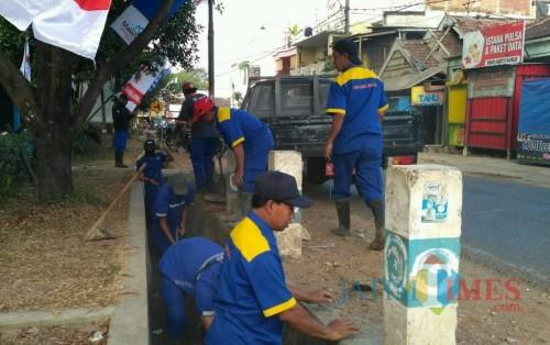 Petugas Dinas PU Bina Marga Kabupaten Malang intensifkan pemeliharaan dan pembangunan drainase sebelum musim hujan datang (for MalangTimes)