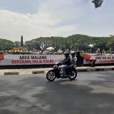 Spanduk Tanda Tangan Petisi Melingkari Kawasan Alun-Alun Tugu Malang Belum Berizin, Tapi ....