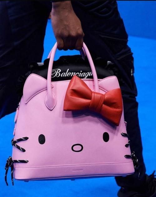 Tas Hello Kitty Balenciaga. (Foto: Instagram @hellokittyeu)