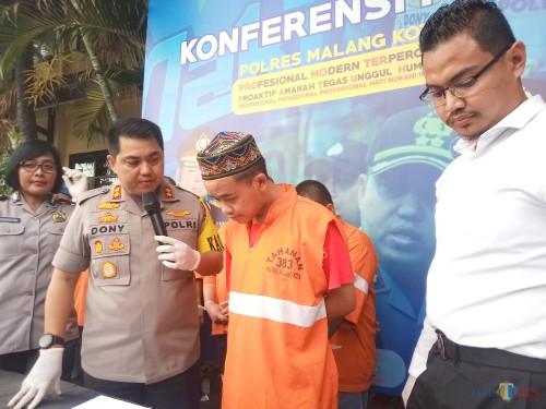 Tersangka pengedar ganja yang merupakan PLH di DLH kawasan Malang Raya (Anggara Sudiongko/MalangTIMES)