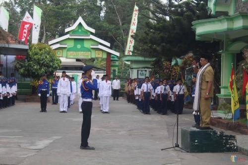 Bupati Blitar menjadi irup upacara Harlah ke 50 MTsN Blitar.(Foto : Aunur Rofiq/BlitarTIMES)