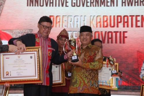 Bupati Malang Sanusi saat menerima penghargaan dari mendagri. (for MalangTimes)