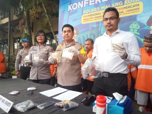 Kapolres Malang Kota, AKBP Dony Alexander (tengah) saat menunjukkan barang bukti sabu (Anggara Sudiongko/MalangTIMES)