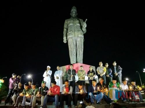 Doa bersama untuk negeri digelar dibawah patung Bung Karno di Blitar.(Foto : Malik Naharul/BlitarTIMES)