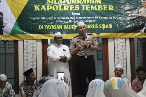 Kapolres Jember AKBP. Alfian Nurrizal bersama dengan ketua Baznas Jember. (foto : Danu P / Jatim TIMES)