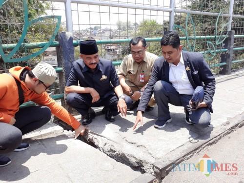Komisi C DPRD Kota Malang didampingi Kepala DPUPR Kota Malang Hadi Santoso (berkacamata) saat melakukan tinjauan ke Jembatan Muharto, Selasa (8/10) (Arifina Cahyanti Firdausi/MalangTIMES)