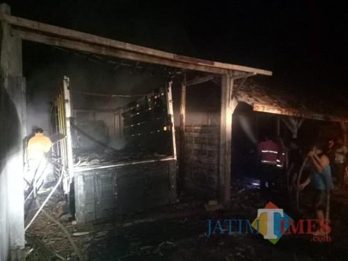 Truk di dalam garasi ikut terbakar. Kejadian ini berlangsung di Desa Nglampir, Kecamatan Bandung, Tulungagung. / Foto : Rakidi / Tulungagung TIMES