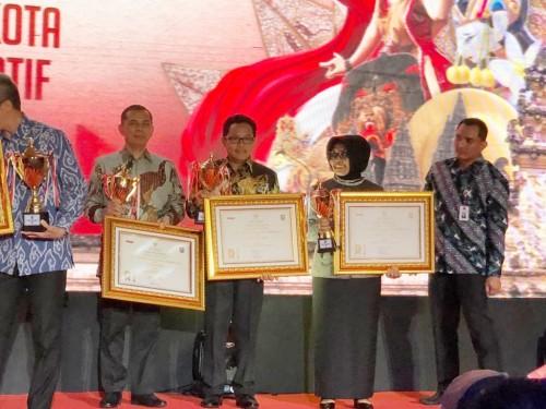 Wali Kota Malang Sutiaji (tengah berkacamata) saat menerima Penghargaan Innovative Government Award dari Kemendagri. (Foto: Humas Pemkot Malang)