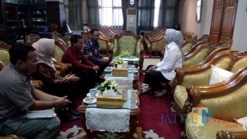 Bupati saat menggelar audiens dengan Komisioner KPUD Jember (foto : Moh. Ali Makrus / Jatim TIMES)