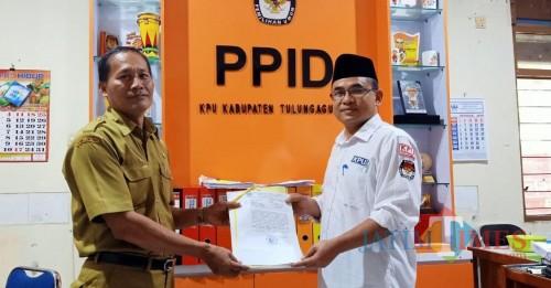 Ketua KPUD Tulungagung Mustofa Saat Terima Berkas Pengajuan PAW / Foto : KPUD / Tulungagung TIMES