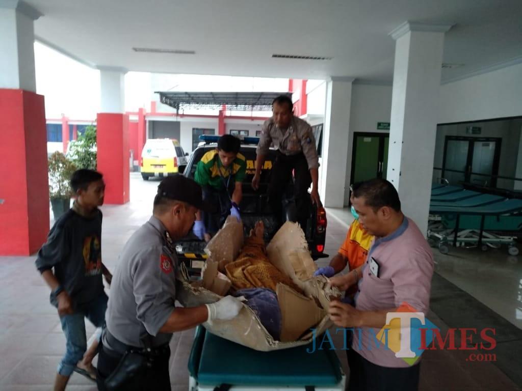 Istri korban saat menagisi jenazah suminya sebelum dievakuasi. (foto: Istimewa  / Jatim TIMES)