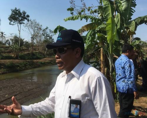 Direktur Utama Perumda Tirta Kanjuruhan Kabupaten Malang, Syamsul Hadi saat meninjau lokasi sumber air yang dapat digunakan untuk memasok kebutuhan air bersih di Malang Raya (Foto : Ashaq Lupito / MalangTIMES)