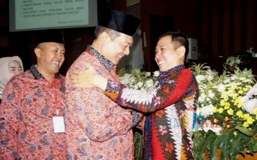Ucapan selamat Ketua DPRD Kabupaten Malang Didik Gatot Subroto kepada M Soedarman yang terpilih menjadi Wabup Malang (Nana)