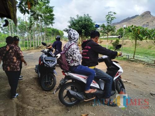 Irfan dan Sulasmiasih saat dibawa perangkat desa ke Kantor Desa karena bangun kesiangan di Pos Kamling (Foto: Anang Basso / TulungagungTIMES)