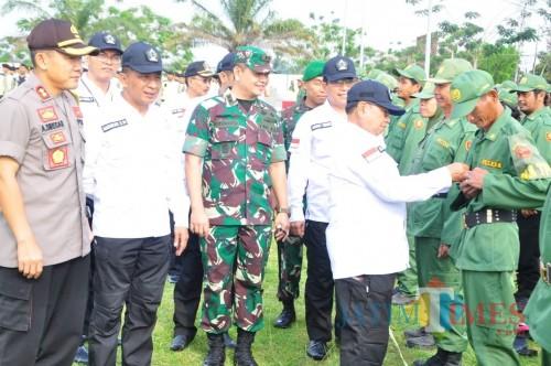 Bupati Blitar Rijanto dan Forkopimda mengecek pasukan yang diterjunkan dalam pilkades serentak.(Foto : Aunur Rofiq/BlitarTIMES)