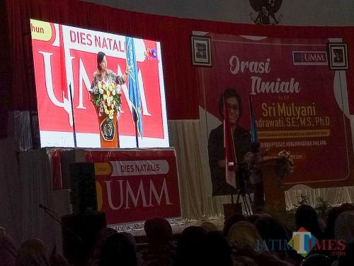 Menteri Keuangan RI Sri Mulyani saat orasi ilmiah di Dome UMM. (Foto: Imarotul Izzah/MalangTIMES)