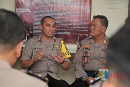 Kapolresta Kediri AKBP Miko Indrayana saat mengunjungi Polsek Grogol. (eko Arif s /JatimTimes)