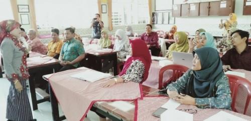 Kepala Dinas Pendidikan Kota Malang Dra Zubaidah MM saat memberi sambutan dalam Sosialisasi Pendampingan dan Pengimbasan Program SPMI. (Foto: Humas)