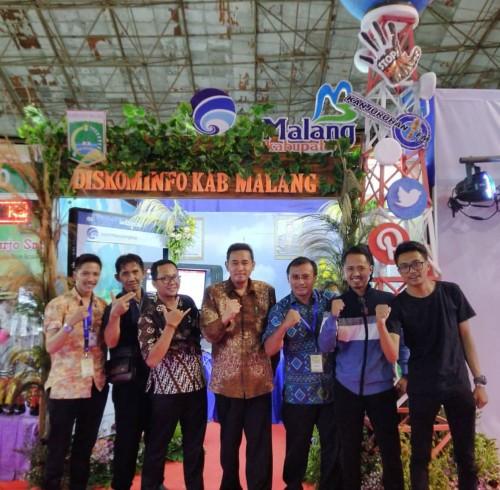 Plt Kepala Diskominfo Kabupaten Malang, Ferry Hari Agung (tengah batik coklat) saat mengikuti Jatim Kominfo Festival 2019 (Foto : Diskominfo Kabupaten Malang for MalangTIMES)