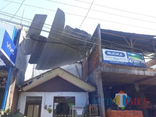 Rumah warga yang tertimpa atap seng akibat angin kencang di Jalan Wukir RT/RW 003/003 Kelurahan Temas, Kecamatan Batu, Kamis (10/10/2019). (Foto: istimewa)