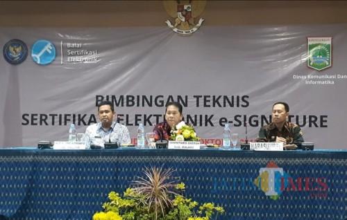 Sekda Kabupaten Malang Didik Budi Muljono (tengah) bersama Plt Diskominfo Ferry  Hari Agung dan Narsum di acara bimtek e-signature (for MalangTimes)