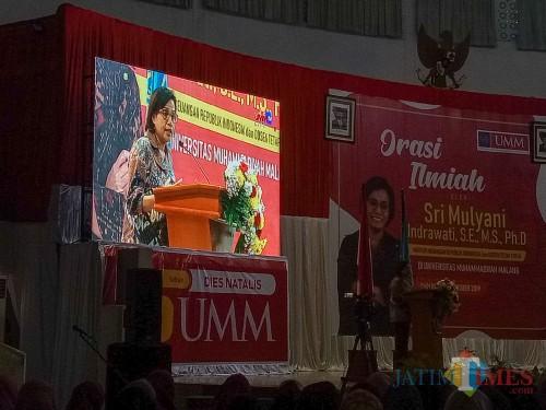 Menteri Keuangan RI, Sri Mulyani, saat Orasi Ilmiah di Dome UMM. (Foto: Imarotul Izzah/MalangTIMES)