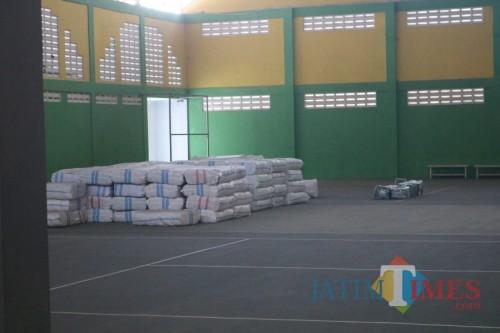 Terlihat tumpukan karung berisi kain seragam di dalam gedung Tennis Indoor Jombang. (Foto : Adi Rosul / JombangTIMES)