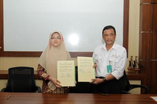 Dekan Fapet, Dr. Ir. Enike Kusumawati., S.Pt., M.P., IMP saat melakukan penandatangan MoU dengan Kepala Lolit Sapi Potong Grati, Dr. Ir. Dicky Pamungkas, M.Sc. (Unikama for MalangTIMES)