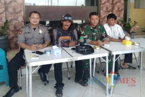 Ali Ridho (bertopi) bersama anggota Polsek dan Koramil Yosowilangun berangkat ke Surabaya untuk menjemput Aditya (Foto : Moch. R. Abdul Fatah / Jatim TIMES)