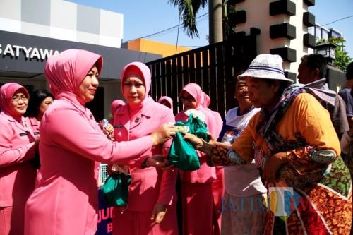 Para anggota Bhayangkari hari Jumat mengadakan bhakti sosial di wilayah Polres Kediri. (Bambang Setioko/JatimTIMES)