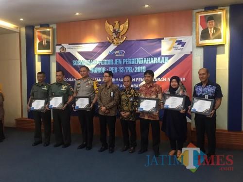 Pemberian apresiasi Piagam PRISMA bagi satuan kerja dengan kinerja terbaik di wilayah KPPN Malang. (Foto: Dokumen MalangTIMES)