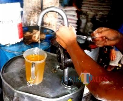 Penjual minyak curah di wilayah Kepanjen. (nana)